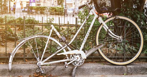 Weißes Fahrrad - Beschädigt - Reifen fehlt